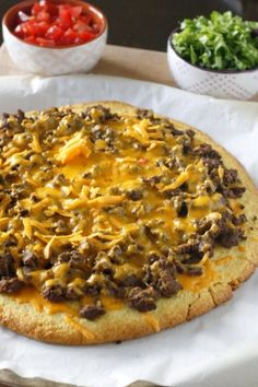 Cornbread Taco Pizza - a fun new twist on taco night, and it's so easy to make! Cornbread Taco Pizza - a fun new twist on taco night, and it's so easy to make! Pizza Recipes, Gourmet Recipes, Mexican Food Recipes, Beef Recipes, Cooking Recipes, Recipies, Hamburger Recipes, Taco Pizza, Jiffy Cornbread Mix