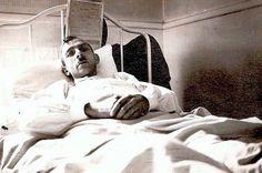 Blessé de guerre. Ce soldat sur son lit d'hôpital a été gazé dans les tranchées. L'utilisation du gaz moutarde, l'une des nouvelles techniques de combat apparues pendant la Première Guerre mondiale, touchait les voies respiratoires, les yeux et les poumons, et pouvait provoquer des œdèmes et des cancers. ©  DR / Archives de Jacques Veylet