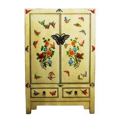 Krásná bílá skříňka je vyrobena zjilmového dřeva sbílým povrchem, který pokrývají malované motivy přírody. Na první pohled také zaujme umělecké kování v podobě motýla.