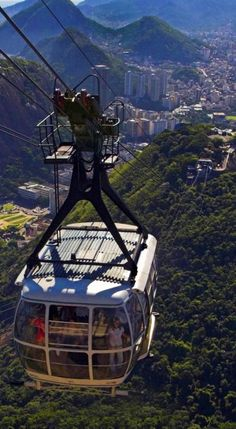 Sugarloaf Mountain cable-car in Rio de Janeiro, Brazil // photo: Eduardo Azeredo on Fotolia