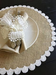 Burlap Crafts, Diy And Crafts, Arts And Crafts, Garden Wedding Decorations, Table Decorations, Coffee Table Cover, Lace Table Runners, Paper Doilies, Boho Home