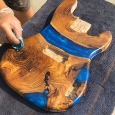 These guitars will help you stand out on stage! The river guitars are made by woodworker Daniel Nelson. He starts with a piece of wood and covers it in an epoxy. Once it sets, he carves out the guitar shape leaving perfectly layered wood and resin. Diy Guitar Stand, Guitar Diy, Diy Resin Art, Diy Resin Crafts, Rustic Wood Crafts, Primitive Crafts, Primitive Christmas, Country Christmas, Christmas Christmas