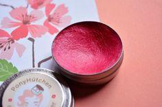 Kiss me quick  so heißt er, dieser knallige Himbeerton der Ponyhütchen Lip Butter, die ruckizucki Farbe und Frische auf die Lippen zaubert und gleichzeitig viel Pflege und einen langanhaltenden Stain mitbringt. Soo schön!  #Ponyhütchen #lipbutter #kissmequick #redlips #pink #Naturkosmetik #vegan #natural #organic #beauty #handmade #liptint #cosmetics #veganbeauty #kosmetik