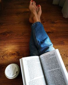 source unknown Instagram Look, Foto Instagram, Foto Casual, Coffee And Books, Photos Tumblr, Book Aesthetic, Girl Photography Poses, Book Nooks, I Love Books