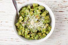 Pesto nautitaan yleensä pastan kanssa, mutta se sopii hyvin myös perunasalaattiin. Pesto, Sprouts, Vegetables, Food, Essen, Vegetable Recipes, Meals, Yemek, Veggies