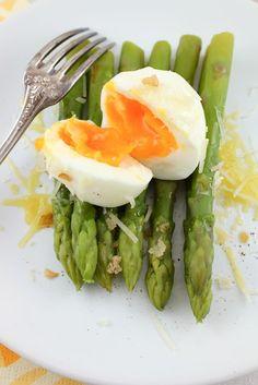 milan-style asparagus & eggs w/ parmesan Asparagus Egg, Veggie Bites, Detox Tips, Eat Right, Parmesan, Milan, Vegetarian Recipes, Food Ideas, Diet