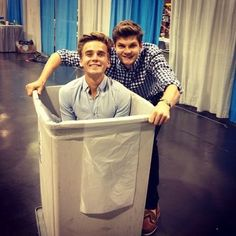 Joe sugg and jim chapman at vidcon Male Youtubers, British Youtubers, Joseph Sugg, Sugg Life, Jim Chapman, Youtube Vloggers, Joey Graceffa, Connor Franta, Tyler Oakley