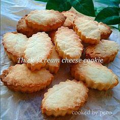 クリームチーズを使って、ノンバターなのに、バター配合並みに濃厚な美味しい、『クリームチーズケーキ』みたいなクッキーを焼きました❤ 前回のクリームチーズのスマイルクッキーのレシピを何回も作り直して、より「クリームチーズケーキ」を目指しました❤ さくさくなクッキー、クリームチーズの濃厚でコクのある風味…とっても美味しいクッキーです🍀 型抜きして焼きましたが、そのまま包丁でカットしても良いですし、お好みで仕上げてくださいね❤ これ。❤かなり美味しいので、ひとつ食べると止まらなくなってしまうので、注意なさってくださいね❤🍀❤ ペコ。❤