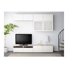 IKEA - BESTÅ, TV-Komb. mit Vitrinentüren, Eichenachbildung weiß las./Selsviken Hochglanz/Frostglas weiß, Schubladenschiene, sanft schließend, , Schubladen und Türen schließen langsam und geräuschlos dank integrierter Schnappbeschläge.Die Deckplatte aus gehärtetem Glas schützt die Oberfläche der TV-Bank und verleiht ihr Glanz.Dank der Kabelöffnung auf der Oberseite lassen sich Anschlüsse einfach in den Bankkorpus leiten - auch wenn die TV-Bank an die Wand montiert ist.Dank mehrerer ...