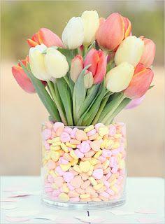 centrotavola con tulipani bianchi, rosa e caramelle