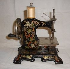 1880 Máquina de coser de juguete pintada a mano