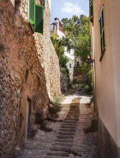 Lohnendes Ausflugsziel: Das malerische Dorf Deià an der Nordwestküste Mallorcas. (Foto: iStock/KateSmirnova)
