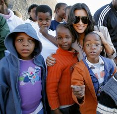 Pin for Later: Kim Kardashian, de Party Girl à Hot Mama  Kim lors d'une visite du Motswedi Rehabilitation Centre au Botswana en Juillet 2009.