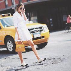 Pin for Later: 25 Büro-Outfits, die man auch nach Feierabend noch gerne trägt Ein gut geschnittenes, weißes Kleid Da passen selbst flache Schuhe nach Feierabend gut dazu!