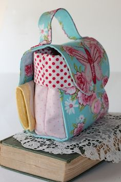 I had my eyes on this mug bag for quite a while. It just looks so gorgeous! I'm dying to make one for myself. I'm not sure when I will have the time but if