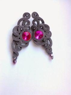 MaNiko: Kolczyki sutasz Magenta,kolekcja Two Colours Soutache Bracelet, Soutache Jewelry, Beaded Jewelry, Handmade Jewelry, Jewelry Design Earrings, Beaded Earrings, Shibori, Earring Trends, Bead Embroidery Jewelry