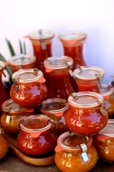 Faites vos conserves de sauce tomate maison, le plaisir de capturer le soleil de l'été dans de jolis bocaux pour se régaler toute l'année Mayo Sauce, Pesto Sauce, Batch Cooking, Healthy Cooking, Vegan Dinners, How To Cook Pasta, Food Videos, Chicken Recipes, Food And Drink