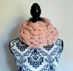 Sciarpa infinity arm knitting - col. rosa 2 di Armonieinlilla su Etsy