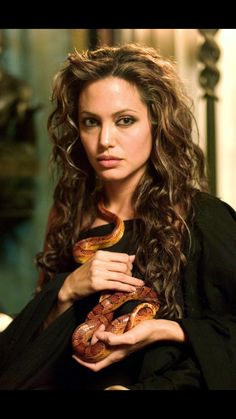 ANGELINA JOLIE as Queen Olympias in the action adventure drama Alexander starring Colin Farrell and distributed by Warner Bros. Angelina Jolie Fotos, Angelina Jolie Movies, Angelina Jolie Young, Long Weave Hairstyles, Curly Hairstyles, Alexander 2004, King Alexander, Jolie Pitt, Actrices Hollywood