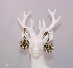Boucles d'oreilles puces flocon de neige. Snowflake Christmas earrings. http://divine-et-feminine.com/fr/boucles-d-oreilles/42-boucles-d-oreilles-puces-flocon-neige-noel.html