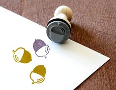 Ein süßer Stempel um tolle DIY Projekt zu gestalten. Ob Karten, Geschenkanhänger, Einladungen uvm deiner Fantasie sind keine Grenzen gesetzt. Der Stempel Eichel ist bei www.party-princess.de erhältlich. Der Stempel kann auch wunderbar für die Gestaltung der Herbstdeko verwendet werden.