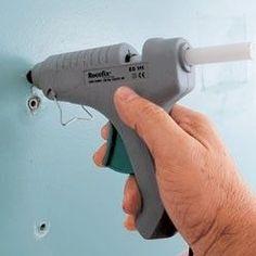 retirer des chevilles avant de les recoller au mur Avec un pistolet à colle thermofusible, garnir généreusement les bords du trou en veillant à bien appliquer la colle sur le plâtre.