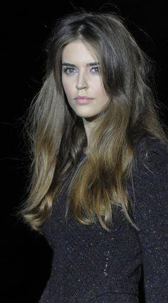 Clara Alonso. Photo by @inakimartinezbilbao. Love the natural hair+makeup.