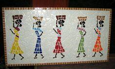 Quadro em MDF em mosaico com lavadeiras trabalhadas em azulejos e pastilhas de vidro. Trabalho minucioso e delicado em tons que podem ser alterados, de acordo com o seu desejo.    Tamanho: 26 cm de largura x 50 cm de comprimento