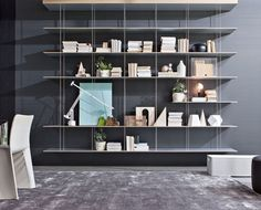 Jean Nouvel disegna una virtuosistica libreria sospesa, risolta da un'unica mensola ancorata a parete o soffitto.