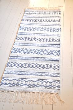 Carpet Runners And Stair Treads Loom Weaving, Hand Weaving, Swedish Weaving Patterns, Rug Inspiration, Weaving Textiles, Tear, Weaving Techniques, Woven Rug, Colorful Rugs