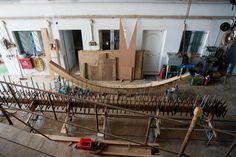 Ο Θοδωρής Τσίκης επιμένει να κατασκευάζει ξύλινα παραδοσιακά σκάφη στο Πέραμα Ships