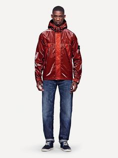 43132 MUSSOLA PRISMATICA  Hooded jacket in Mussola Prismatica. An outcome of the purest STONE ISLAND research, Mussola Prismatica is an exclusive fabric with a considerable visual impact.