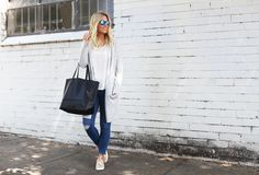 These pairings make this look so casual but I would still feel cute! Best Fashion Blogs, Love Fashion, Fashion Looks, Fashion Bloggers, Fashion Ideas, Melbourne Girl, Melbourne Travel, Neutral Outfit, Distressed Denim