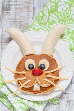 Brunch Ideas Discover How to Make Easter Bunny Pancakes - DIY Candy What do you think of these Easter pancakes? Is this not the cutest bunny face ever? Kids will love these on a holiday morning. Check out our bunny butt version too! Food Art For Kids, Easy Food Art, Breakfast For Kids, Breakfast Ideas, Brunch Ideas, Brunch Food, Brunch Recipes, Birthday Breakfast, Fun Recipes