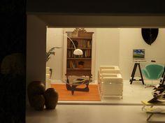 La casa va tomando forma. Muebles blancos como el sofá LC2 de Le Corbusier y paredes blancas arropan a la mesa de café Nogu...