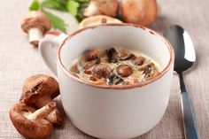 Een heerlijk recept voor een geroosterde paddenstoelensoep. Gezond en erg lekker! Met meer tips voor soep van blogger Charlotte Meynen.