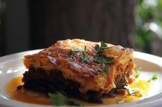 """""""MOYƩAKAƩ - Moysaka"""" La Moysaka griega, está hecha a base de carne de cordero y berenjenas."""