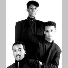Tony! Toni! Toné! est le groupe de Raphael Saadiq entre 1988 et 1996. -> http://www.raphaelsaadiq-and-soul.fr/biographie-raphael-saadiq/