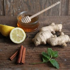 Sore Throat Remedy from Homelife slices of lemon piece of ginger, thinly sliced A handful of mint sprigs cinnamon sticks Freshly boiled water Teapot or boil-resistant jug Honey to taste Sore Throat Remedies, Foot Remedies, Herbal Remedies, Health Remedies, Natural Medicine, Herbal Medicine, Hygiene, Natural Home Remedies, Kraut