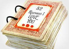 Cartas de baralhos podem render histórias emocionantes. Escreva as lembranças do seu namoro (ou casamento) em um papel e cole em cada carta do baralho. Depois é só colocar um espiral na papelaria.