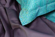 Copripiumino Smeraldo: 100%  raso di cotone finissimo al tatto,  fantasia cashmere delicata nei toni freschi del verde in tutte le sue tonalità più accattivanti e per aggiungere un tocco glamour un lato in tinta unita con un sorprendente viola,  quanto di più fashion si possa desiderare per la vostra camera da letto.