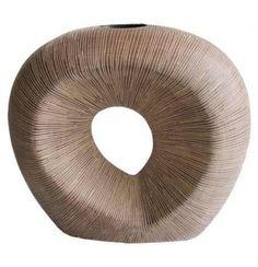 Váza v přírodních barvách. Vyrytý vzor. V interiéru můžete efektivně kombinovat s dalšími polyresin výrobky stejného provedení. Výška: 29 cm