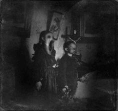 death Black and White horror dark fear morbid preto e branco darkness thriller medo Macabre terror melancholia sombrio Photo Halloween, Halloween Vintage, Creepy Halloween, Creepy Images, Creepy Pictures, Horror Pictures, Dark Pictures, Creepy Horror, Creepy Art