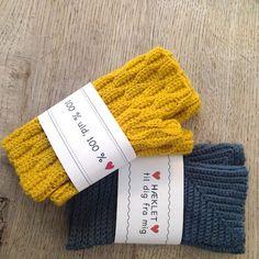 Vi må jo have nogle gave-banderoler på dansk også! Nederst i Diy Coasters, Knit Patterns, Perler Beads, Knitted Hats, Printables, Sewing, Knitting, Crochet, Gifts