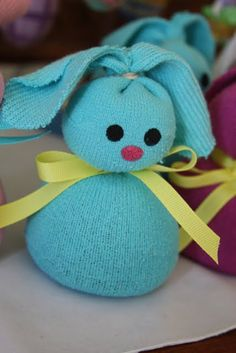 hotcakes: Easter Crafting - toddler socks, dried beans, rubber band, ribbon, & paint for faces. So cute!