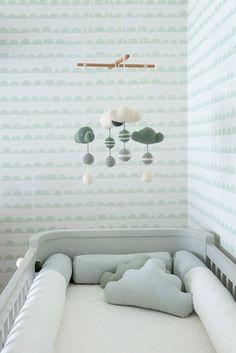 Quarto de bebê - decoração moderna - verde menta branco madeira clara e cinza - mobile e almofadas de nuvens de crochê ( Projeto: Triplex Arquitetura )