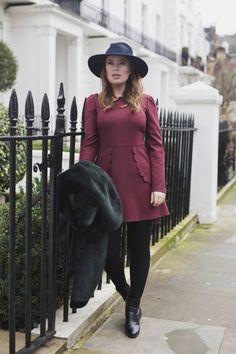 vestido vinho , chapéu e casaco de pelo
