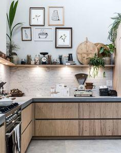 Een open keuken met fotolijsten en spotjes An open kitchen with photo frames and spots Home Kitchens, Rustic Kitchen, Kitchen Remodel, Kitchen Inspirations, Kitchen Decor, Modern Kitchen, Kitchen Colors, Kitchen Interior, Interior Design Kitchen