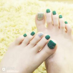 Look down at the color of your pedicure. Black, white or red? Usually girls choose these toe nail colors. Let's share special green toenail. Green Toe Nails, Almond Nails Pink, Almond Acrylic Nails, Black Nails, White Nails, Gold Nail Polish, Rose Gold Nails, Orange Nail Designs, Toe Nail Designs