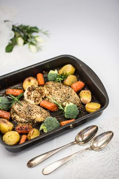 Easy but delicious recipe for mediterranean chicken filets with vegetables. A perfect family dish. Chicken Filet, Mediterranean Chicken, Pot Roast, Chicken Recipes, Food And Drink, Low Carb, Healthy Recipes, Healthy Food, Yummy Food